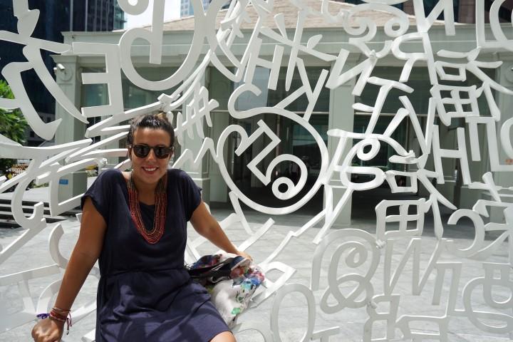Yo, entre muchas letras y rascacielos, en Singapur.
