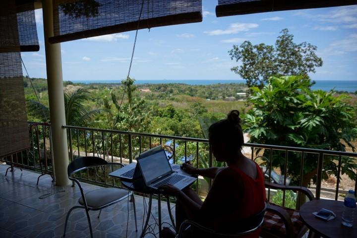 Yo, trabajando desde el apartamento en Ko Lanta, Tailandia.